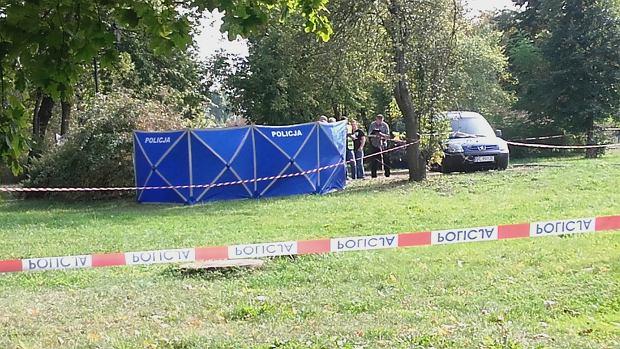rany nożem. UJ. Tragedia w Trzebnicy. Zaatakował kobietę na ulicy i podciął  sobie gardło 7272a3077c6