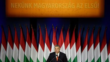 Premier Orbán wygłosił w niedzielę doroczne orędzie o stanie państwa. Napis nad nim głosi: 'Dla nas Węgry ponad wszystko!'