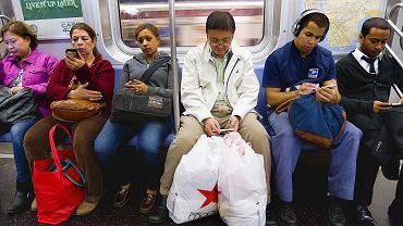 Nikt z nikim nie gada, nikt do nikogo nie dzwoni, wszyscy są w kontakcie. Zwykły dzień w nowojorskim metrze