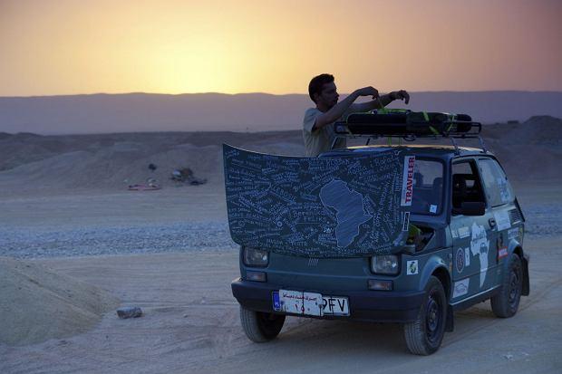 """Niebieskim maluchem przejechał Afrykę. Arkady Fiedler: """"Czasem w kabinie było 48 stopni Celsjusza"""" [ZDJĘCIA]"""