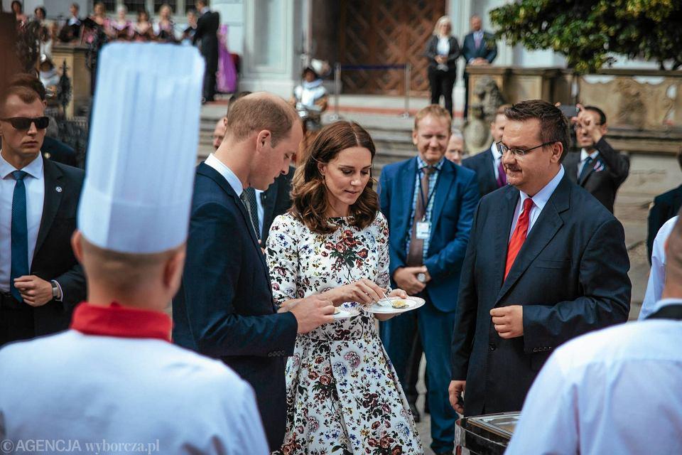Zdjęcie numer 17 w galerii - Para książęca spotkała się z Wałęsą. Przywitały ją też transparenty o demokracji w Polsce