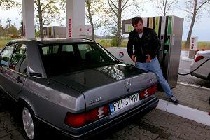 Wyścig na spalanie. Jakie efekty daje nowoczesna technologia? Testujemy najnowszego Mercedesa klasy C i tego z lat 80.
