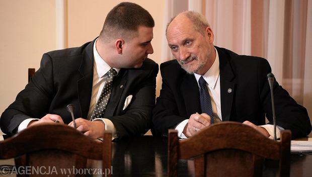 Bartłomiej Misiewicz i Antoni Macierewicz na posiedzeniu Komisji Obrony