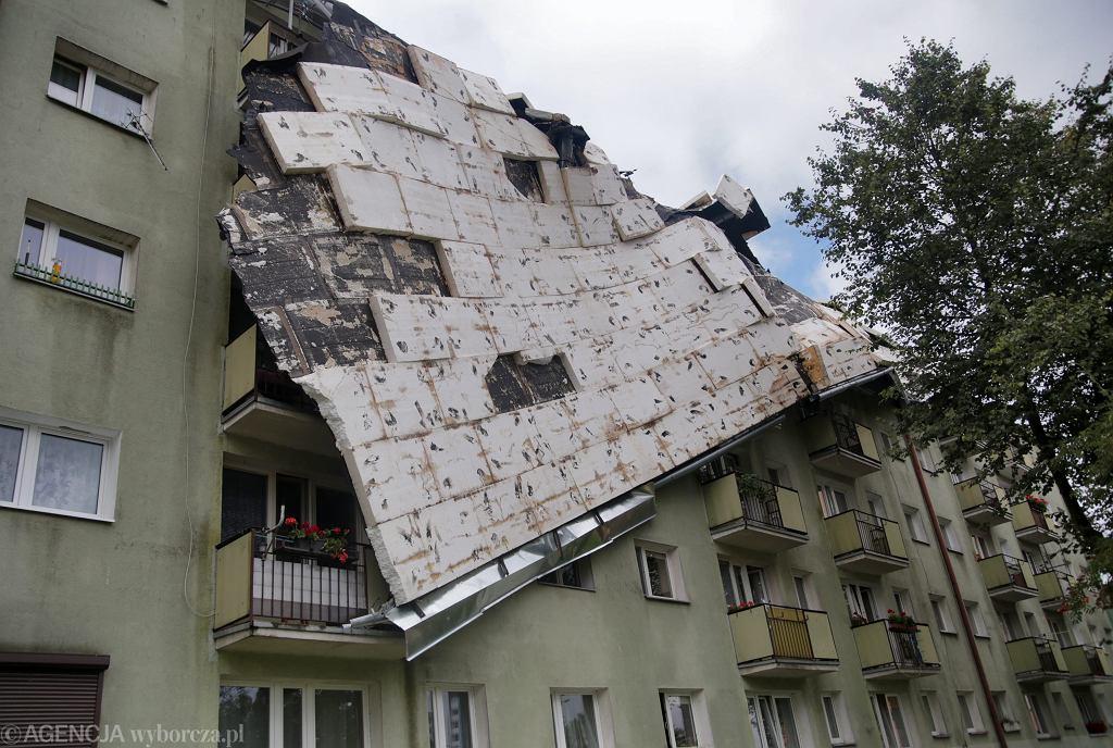 Zerwany dach bloku na ul. Okrzei w Bydgoszczy