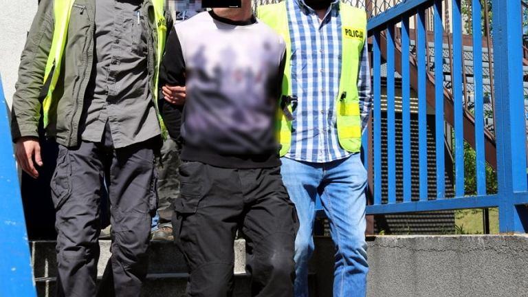 Mężczyzna zatrzymany za koszulkę z symbolem SS