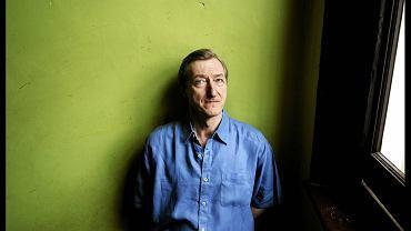 """Barnes jest m.in. autorem powieści """"Papuga Flauberta"""" (1984), """"Arthur & George"""" (2005) oraz """"Poczucie kresu"""" (2011). Kiedy przyznająca Nobla Akademia Szwedzka zorientuje się, że ma na koncie przeoczenie?"""