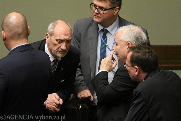 Prezes PiS Jarosław Kaczyński z ministrami rządu Beaty Szydło
