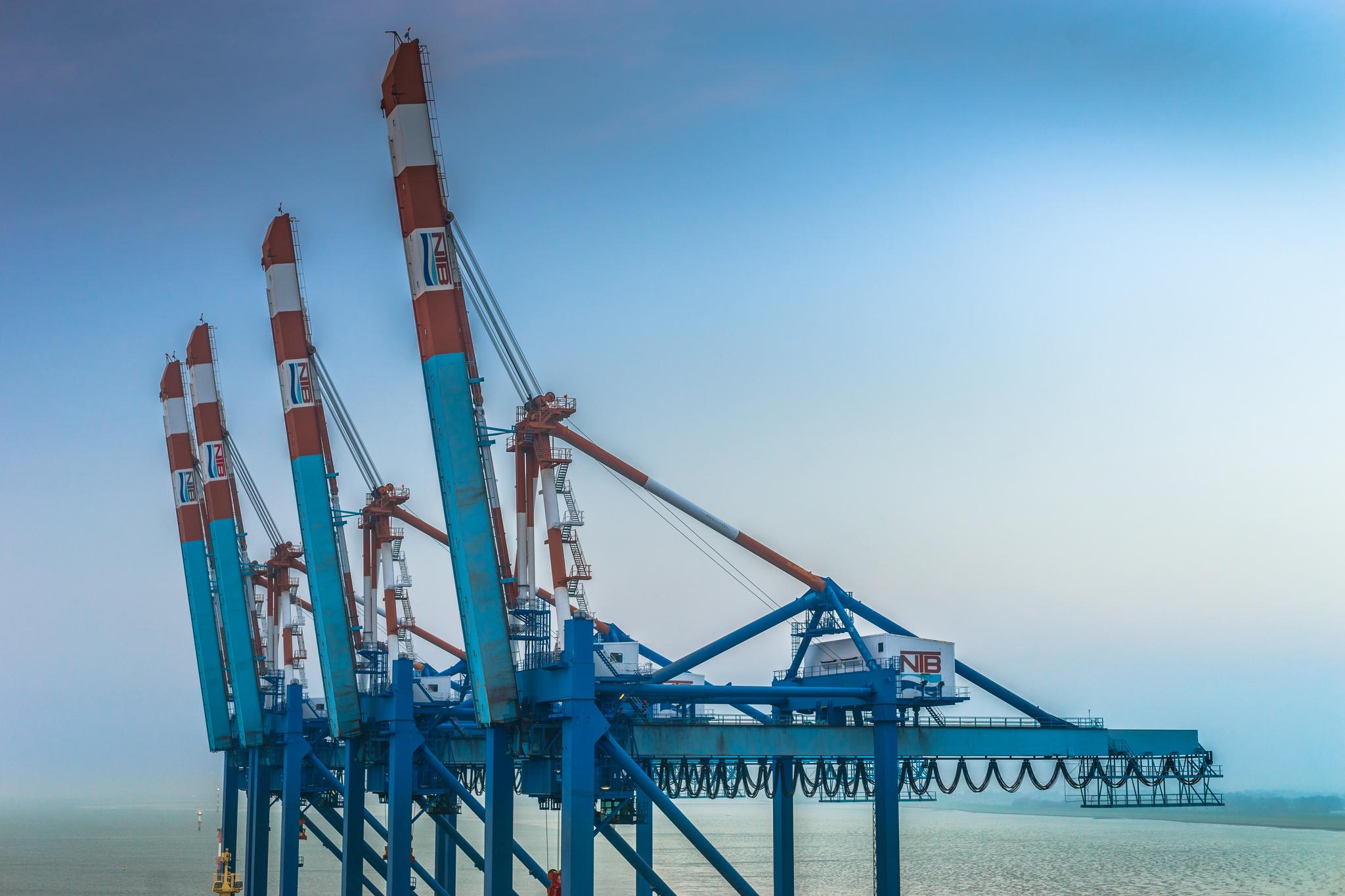 Widok z mostka Mayview Maersk na suwnice pracujące na terminalu NTB w Bremerhaven (fot. Robert Urbaniak)