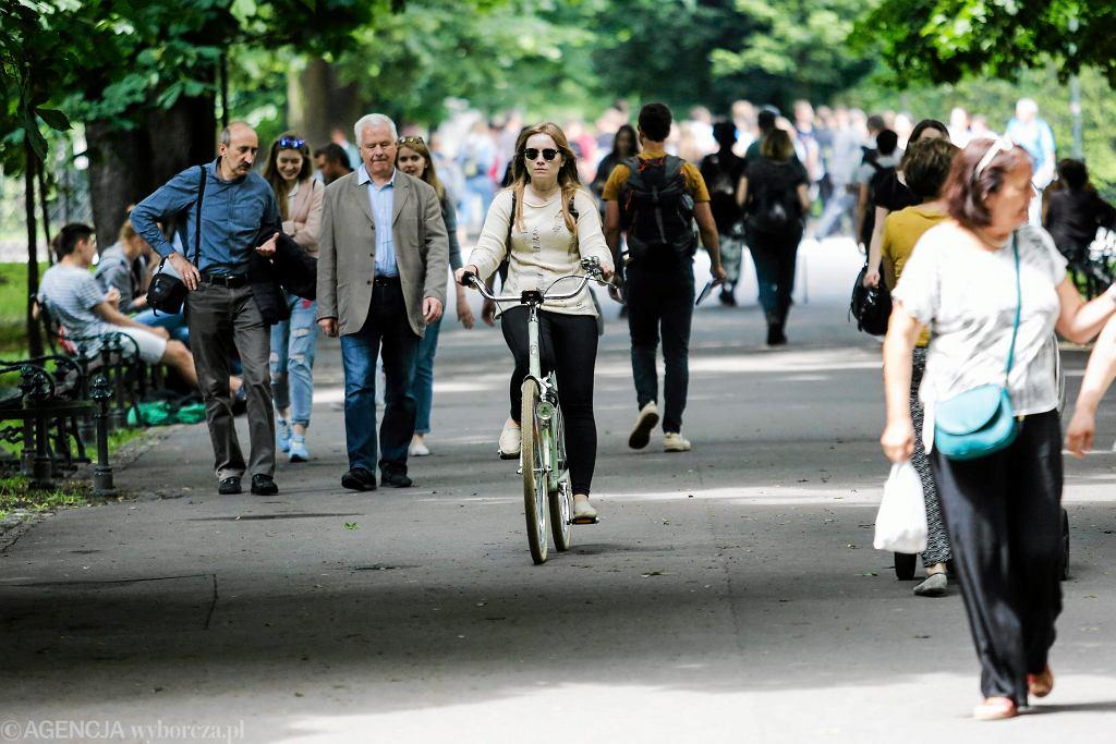 Rowerzysta wśród tłumu pieszych. Zdjęcie ilustracyjne