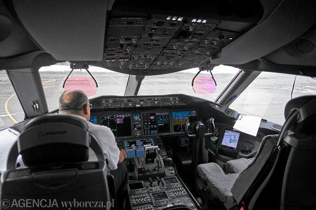 Kokpit samolotu Boeing 787 (zdjęcie poglądowe)
