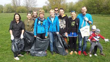 Ekipa sprzątających wolontariuszy