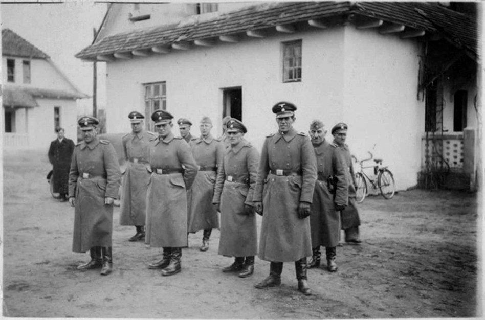 Grupa esesmanów za bramą obozu śmierci w Belzcu, około 1942 roku; piąty od lewej: specjalista