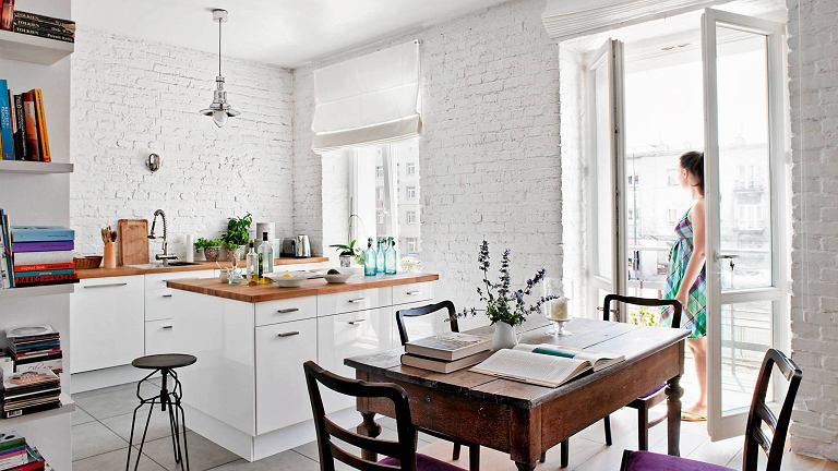 Dzięki białej cegle na ścianie w pomieszczeniu jest jasno i przytulnie, ale nie nudno. Faktura cegieł urozmaica monotonną powierzchnię ściany.