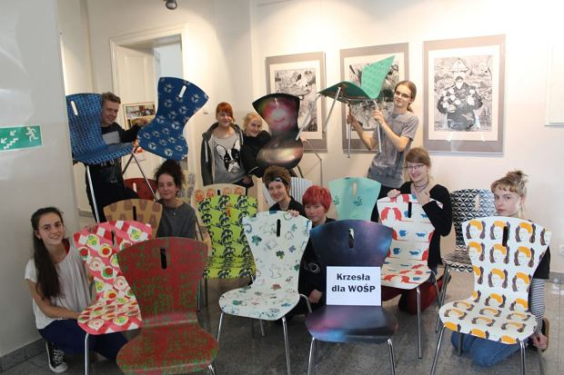 Zdjęcie numer 0 w galerii - Uczniowie wykonali 19 pięknych krzeseł. Dochód z ich sprzedaży wesprze WOŚP [ZDJĘCIA]