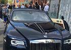 Pod kościołem w Warszawie stoi Rolls Royce. Taki luksus rodzice zafundowali dziecku na komunię