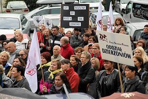 """Protest ZNP przed urz�dem wojew�dzkim. """"Jeszcze Polska nie zgin�a, p�ki my uczymy"""" [ZDJ�CIA, WIDEO]"""