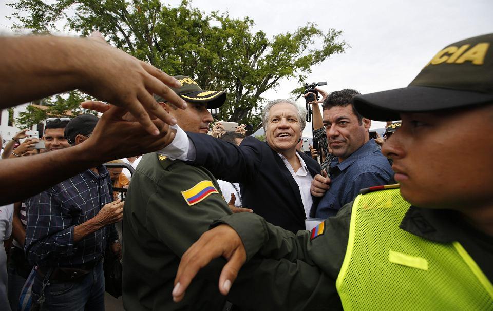 Sekretarz Organizacji Państw Amerykańskich Nicolas Almagro (w centrum) wita uciekających z kraju Wenezuelczyków na granicy kolumbijsko-wenezuelskiej. La Parada, 14 sierpnia 2018 r.