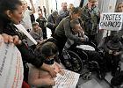Kolejni rodzice niepe�nosprawnych dzieci pr�buj� dosta� si� do Sejmu. Protest trwa
