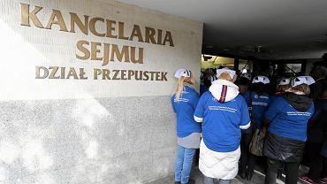 Protestujące pielęgniarki z Przemysła próbują wejść na posiedzenie Komisji Zdrowia. Warszawa, Sejm, 4 października 2018