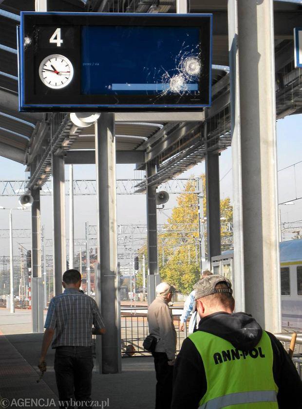 Uszkodzona tablica informacyjne na trzecim peronie dworca PKP w Katowicach