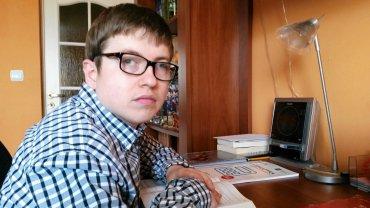 Mateusz Brodnicki jest dobry z angielskiego, chciałby uczyć innych. Ale ma porażenie mózgowe i zaburzenia wyobraźni przestrzennej, co uniemożliwia mu zdanie matury z matematyki. Na zdjęciu: wczoraj w swoim domu