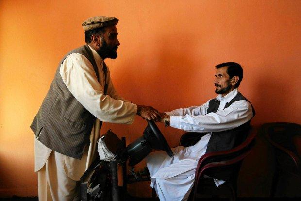 Tak si� robi prawo jazdy w Kabulu. Lekcje praktyczne na plastikowym krze�le, chaos na drogach