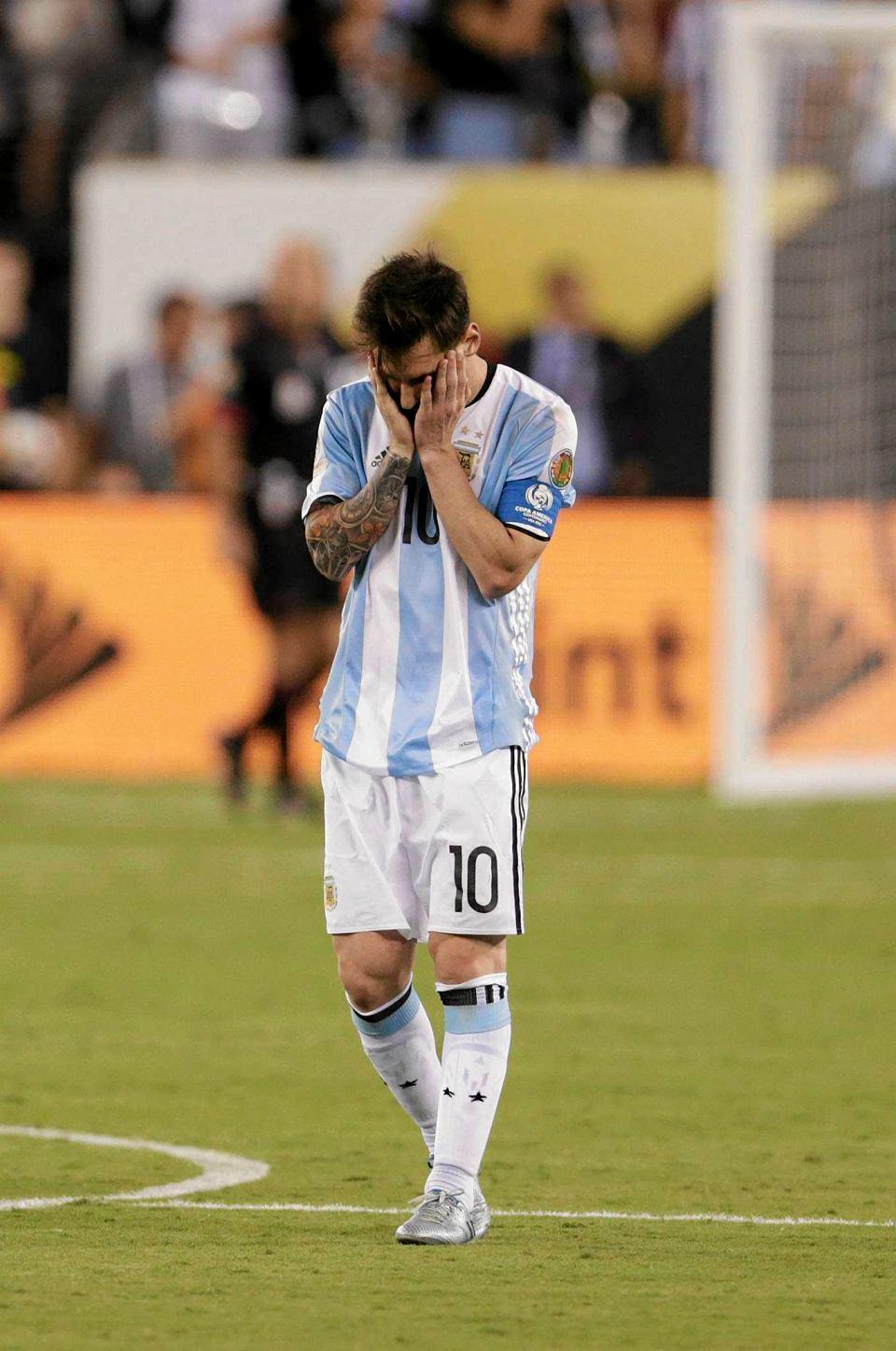 Zdjęcie numer 2 w galerii - Copa America 2016. Leo Messi w rozpaczy po porażce w finale [ZDJĘCIA]