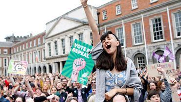 Radość w Dublinie z wyniku referendum w sprawie aborcji. W piątkowym referendum 66,4 proc. Irlandczyków opowiedziało się za zniesieniem konstytucyjnego zakazu aborcji.