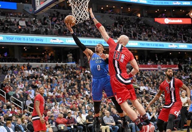 Washington Wizards - Oklahoma City Thunder. Marcin Gortat próbuje zablokować Russella Westbrooka