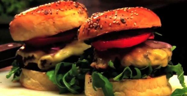 Chcieliśmy zrobić test gotowych burgerów z sieciówek. Szef kuchni: Nadają się tylko do śmieci. Oto jak zrobić dobrego burgera