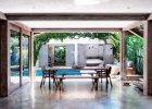 Jadalnia głównego domu, podobnie jak pokoje w chatce dla gości, wychodzą na dziedziniec z basenem.
