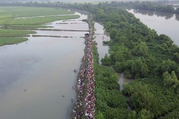 Tłumy uchodźców uciekają z Mjanmy do Bangladeszu