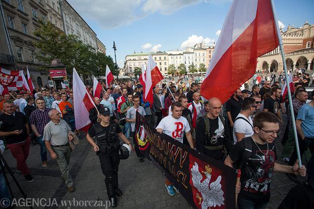 Koszulka z Kotwicą, na ustach nacjonalistyczne hasła. Muzeum Powstania Warszawskiego mówi dość