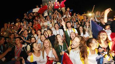 Młodzi pielgrzymi bawią się  na Rynku Głównym w Krakowie