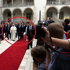 Papie� Franciszek idzie obok prezydenta Dudy, ale przyjrzyjcie si� dobrze...