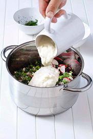Przygotowane warzywa, zioła i czosnek mieszamy z uduszoną botwinką.  Dodajemy zsiadłe mleko oraz jogurt