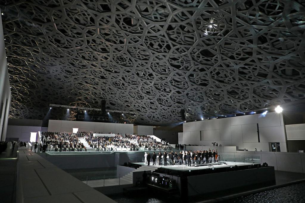 Wnętrze Luwru w Zjednoczonych Emiratach Arabskich