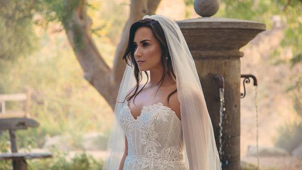 """Piosenkarka opublikowała w sieci zdjęcie, na którym widać ją w sukni ślubnej. Demi Lovato nie wyszła jednak za mąż. Jej fani Fani, że to kard z najnowszego teledysku artystki, do utworu """"Tell Me You Love Me""""."""