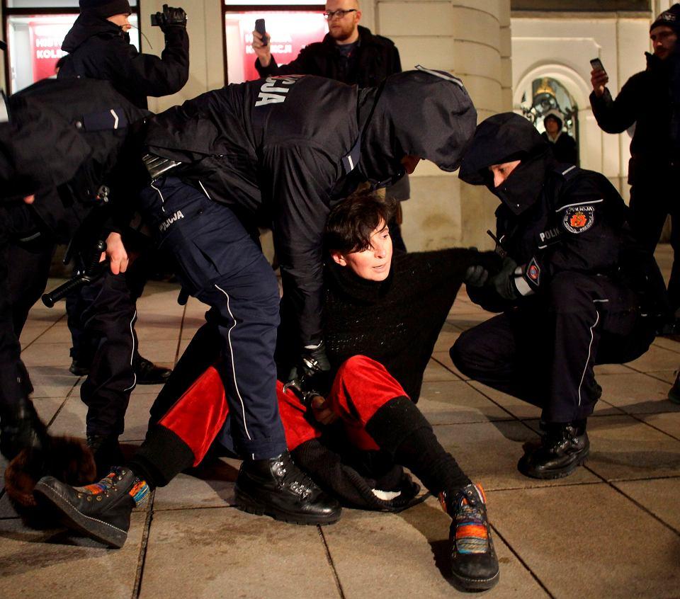 Klementyna Suchanow obezwładniana przez policję po obrzuceniu jajkami samochodów Kancelarii Prezydenta RP