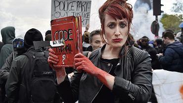 'Francja to kraj przeideologizowany. Problemy związane z codziennym życiem, pracą, ekonomią - wszystko tłumaczy się ideologią'. Na zdjęciu - gwałtowne protesty przeciwko reformie prawa pracy wiosną 2016 r.