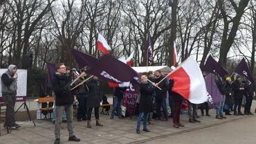 Protest działaczy partii Razem przed KPRM