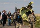 Prorosyjscy separaty�ci na miejscu katastrofy. Za nimi cz�onkowie misji OBWE