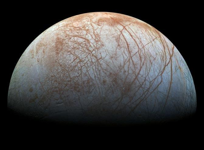 Europa, czwarty co do wielkości księżyc Jowisza i szósty co do wielkości ze wszystkich znanych księżyców w układzie słonecznym. Naukowcy podejrzewają, że pod jego lodową powierzchnią znajduje się ocean.