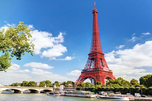 Czy wieża Eiffla zalśni czerwienią? Była już ochrowa, rudawa, brązowa, a nawet żółta
