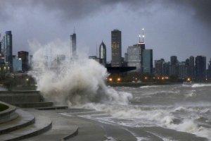 USA: sztorm na jeziorze Michigan w Illinois. Sze�ciometrowe fale, wiatr w porywach do 100 km/h