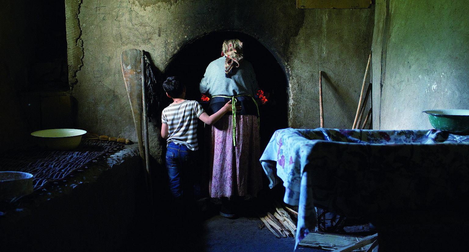 Galina wkłada chleb do pieca