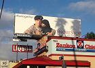 Amerykański żołnierz przytula kobietę w nikabie. Tak wygląda reklama specyfików przeciw chrapaniu