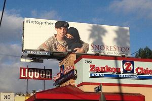 Ameryka�ski �o�nierz przytula kobiet� w nikabie. Tak wygl�da reklama specyfik�w przeciw chrapaniu