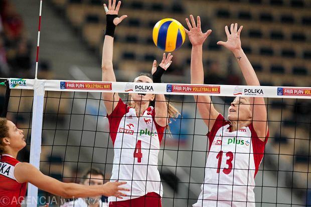 Polska - Szwajcaria 3:0 (z nr 4 blokuje Izabela Bełcik)