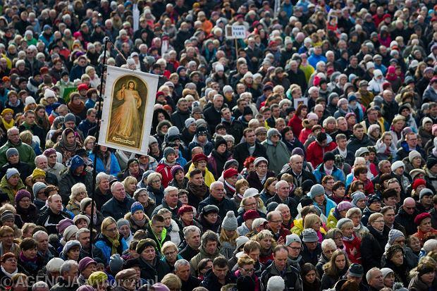 Wierni podczas Uroczystości Intronizacji Jezusa Chrystusa na Króla Polski w krakowskich Łagiewnikach, 19.11.2016 r.
